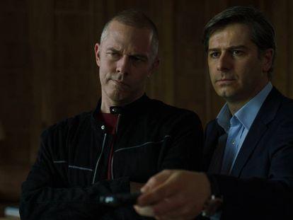 Christos Loulis, que encarna a Varoufakis, y Alexandros Bourdoumis, que hace de Tsipras, en 'Comportarse como adultos'. En vídeo, el tráiler.