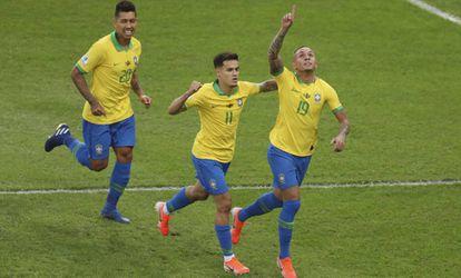 Everton celebra su gol junto a Coutinho.
