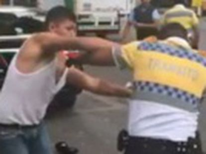 Un vídeo en YouTube muestra la trifulca entre un conductor de un camión y dos agentes de tránsito que intentaban multarlo