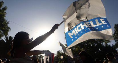 Una seguidora de Bachelet durante el cierre de campaña.