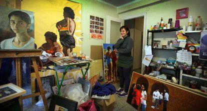 Estem al seu estudi, en un pis de Mislata, en un barri molt humil.