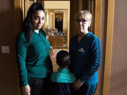 Mireia, junto a su hijo de cinco años y su madre, la semana pasada en su vivienda de Leganés (Madrid).