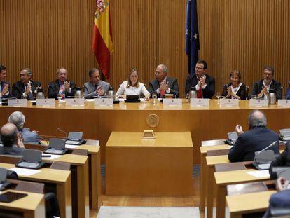 Ana Pastor, acompañada del presidente de los rectores, Roberto Fernández (a la derecha) en el Congreso.