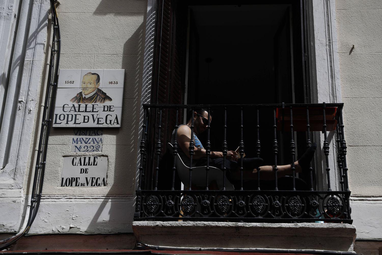 Un hombre lee en el balcón de su casa en calle Lope de Vega de Madrid el pasado 1 de mayo.