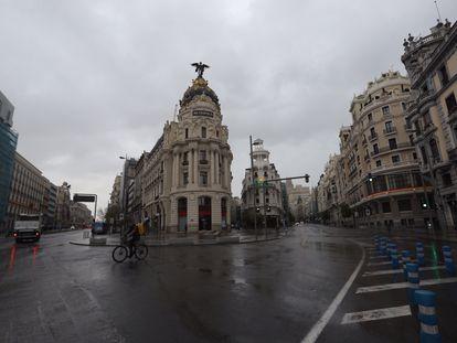 Vista de la intersección entre la calle Alcalá y la Gran Vía de Madrid, totalmente vacía el jueves 16 de abril.