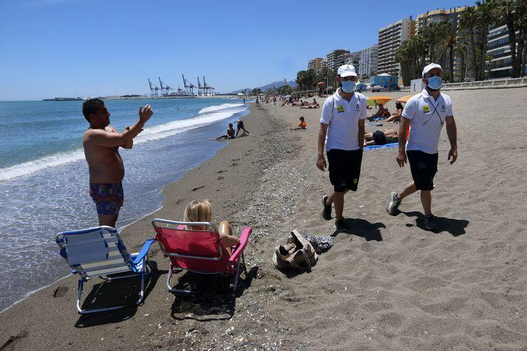 Dos vigilantes en la playa de La Malagueta, en Málaga, el pasado martes.