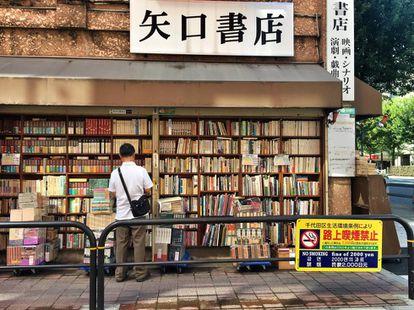 Libros desde 200 yenes (1,5 euros) y multa por fumar 2.000 yenes (15 euros). Barrio de Jinbocho, Tokio