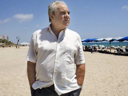 El escritor Juan Marsé, en la playa de Calafell (Tarragona).