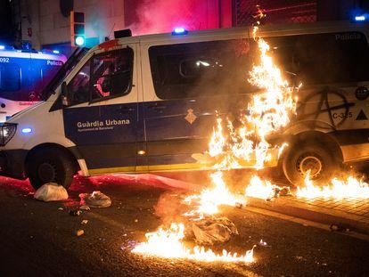 Furgoneta de la Guardia Urbana ardiendo durante los disturbios del pasado sábado en Barcelona.