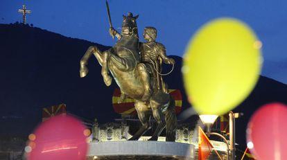 La estatua de Alejandro Magno de la principal plaza de Skopje.
