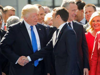 Apretón de manos entre Trump y Macron en la cumbre de la OTAN en Bruselas este jueves.