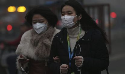 Dos mujeres caminan por las calles de Pekín (China) hoy, 1 de diciembre de 2015. Pekín sigue en niveles máximos de contaminación.