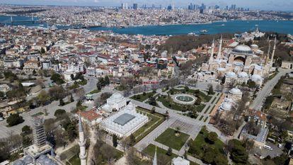 Una fotografía aérea muestra Santa Sofía y la plaza de Sultanahmet —corazón del turismo en Estambul— completamente vacías el jueves 9 de abril.