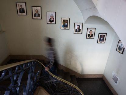 Imagen de la escalinata del Ayuntamiento de Badalona. Desde la izquierda, en la pared, las fotos de los alcaldes Xavier García Albiol, Àlex Pastor y Dolors Sabater.
