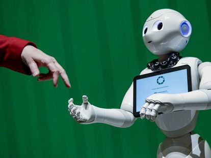 Un robot interactúa con una mujer en una actividad del Campus Digital de Hammer Brooklyn, en noviembre 2019.