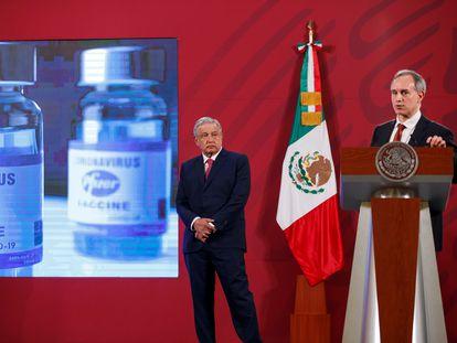 El subsecretario de Salud, Hugo López-Gatell, y el presidente Andrés Manuel López Obrador en una conferencia de prensa en el Palacio Nacional.