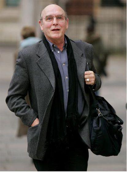 Neil Aspinall sale de la corte de Londres, en una imagen de 2006