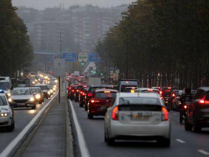 Atasco en una de las principales vías de entrada a Madrid, este miércoles.
