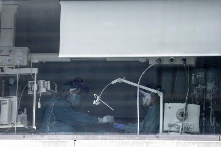 El personal sanitario atiende a un paciente en una UCI