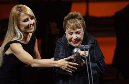 Gemma Cuervo recibe el premio Max d'Honneur de manos de su hija Cayetana Guillén Cuervo.