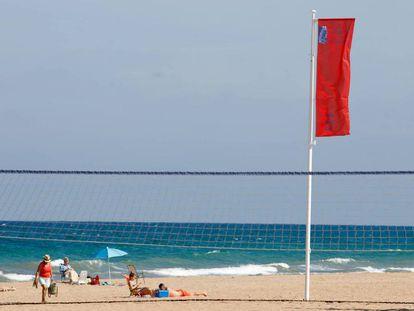 La bandera roja ondea en la costa de Alicante.