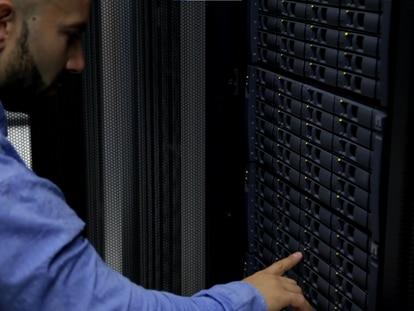 Gerardo García, infrastructure manager de Gigas, revisa unos dispositivos de almacenamiento en el centro de datos de Madrid.