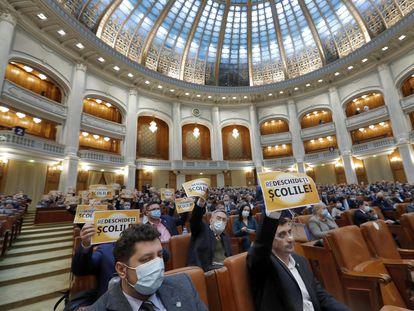 Diputados de  la Alianza para la Unión de Rumanos protestan contra las medidas para combatir la pandemia, el pasado día 23 en el Parlamento de Bucarest.