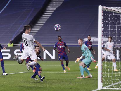 Lewandowski marca el sexto gol del Bayern.