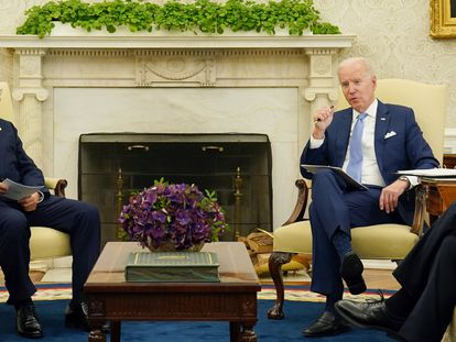El presidente de Corea del Sur, Moon Jae-In , y el mandatario estadounidense, Joe Biden, en el Despacho Oval de la Casa Blanca.