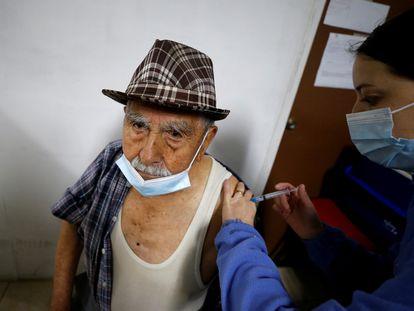 Un hombre recibe la vacuna de AstraZeneca, en Valparaíso, Chile, este 11 de agosto.