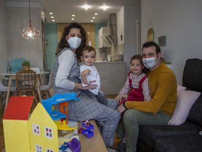 Elena Pérez, con su familia, en la casa donde han pasado la cuarentena, en Calahorra (La Rioja).