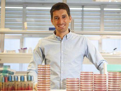 El médico Oriol Mitjà, que liderará el estudio catalán sobre el coronavirus, en los laboratorios del Hospital Germans Trias i Pujol de Badalona