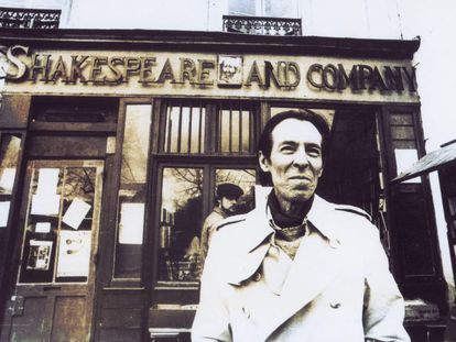 El escritor peruano Julio Ramón Ribeyro, delante dela librería Shakespeare and Company de París en marzo de 1986.