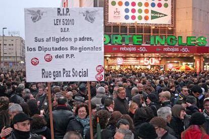 Miles de personas se manifestaron ayer en Murcia contra los recortes presupuestarios.
