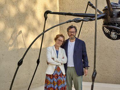 Los galeristas suizos Manuela e Iwan Wirth posan junto a la escultura 'Spider' (1994), de Bourgeois, en la entrada del nuevo centro de arte de Hauser & Wirth en Menorca.