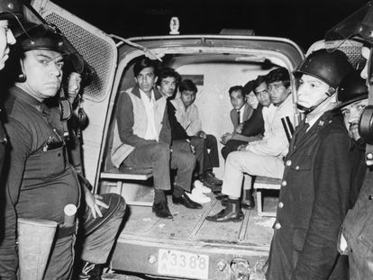 Un grupo de estudiantes detenidos tras las protestas en la plaza de Tlatelolco, en octubre de 1968.