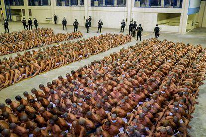 Cientos de pandilleros, arremolinados durante una operación policial en la cárcel de Izalco, en El Salvador, ordenada por el presidente del Gobierno Nayib Bukele, el 25 de abril de 2020.