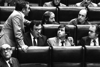 Nicolás Redondo, de pie, junto a Peces-Barba y Felipe González. Detrás, Ciriaco de Vicente y Joaquín Almunia. En primer término a la izquierda, Calvo-Sotelo, en 1979.