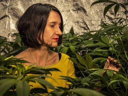 Carola Pérez, presidenta dek Observatorio Español de Cannabis Medicial, en su cultivo casero.