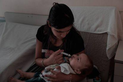 Noelia, de 19 años, alimenta a su bebé Samir, de 6 meses, en la habitación del Hospital Público de la Madre y el Niño en la Capital de La Rioja, donde va a ser sometido a su primera cirugía reparadora dado que nació con fisura naso labio alveolo palatina unilateral.