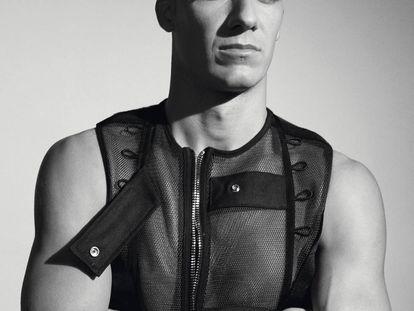 Lucas Vázquez posa para ICON con chaleco Dior y reloj Octo Finissimo Chrono de titanio de Bulgari.