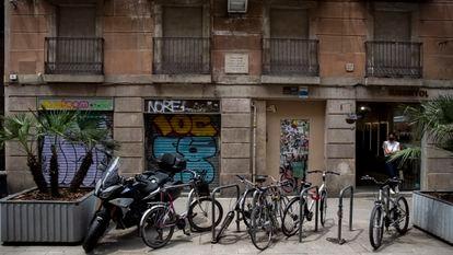 Puerta principal del número 37 de la calle de Princesa de Barcelona donde una placa recuerda que aquí nació Santiago Rusiñol el 25 de febrero de 1861, actualmente tapiado. A la derecha el negocio que abrió a finales de 2020 llamado 'Russinyol', en recuerdo del artista.