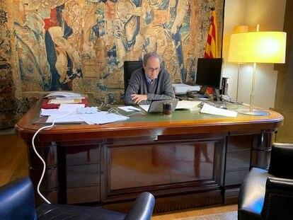 El presidente Torra en su despacho, en videoconferencia.