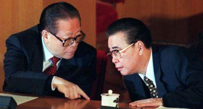 Jiang Zemin, a la izquierda, habla con Li Peng en una imagen de archivo.