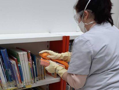 La localidad de Valdepeñas desinfecta hasta los libros en las labores de limpieza de colegios y centros públicos.