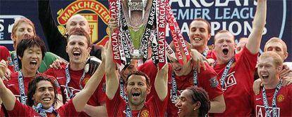Giggs alza la copa que acredita al Manchester como campeón en presencia de sus compañeros.