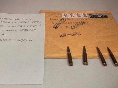 Imagen publicada en la cuenta de Twitter de Pablo Iglesias en la que se ve el mensaje y las balas que iban en el sobre.