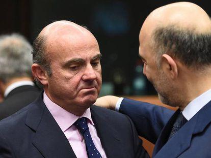 Luis de Guindos, con Pierre Moscovici, en enero.