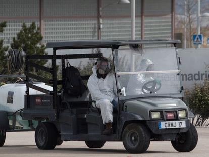 Operarios en la Ciudad deportiva del Real Madrid.