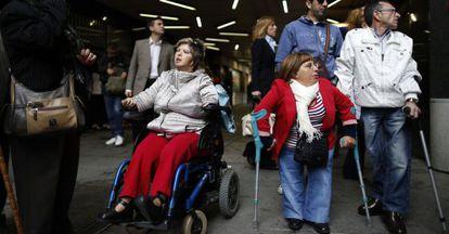 Víctimas de la talidomida a su llegada al juicio que se celebró en 2013 en Madrid.